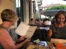 Lilian und Sandra am Menu studieren